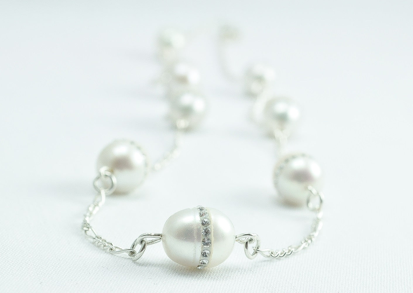 Freshwater pearl necklace with Swarovski crystal inlay