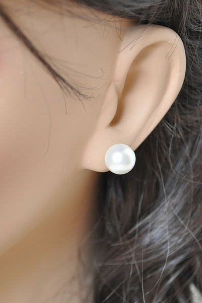 Swarovski Stud earrings: Big pearl stud earrings // Preppy style // Earrings that go with everything