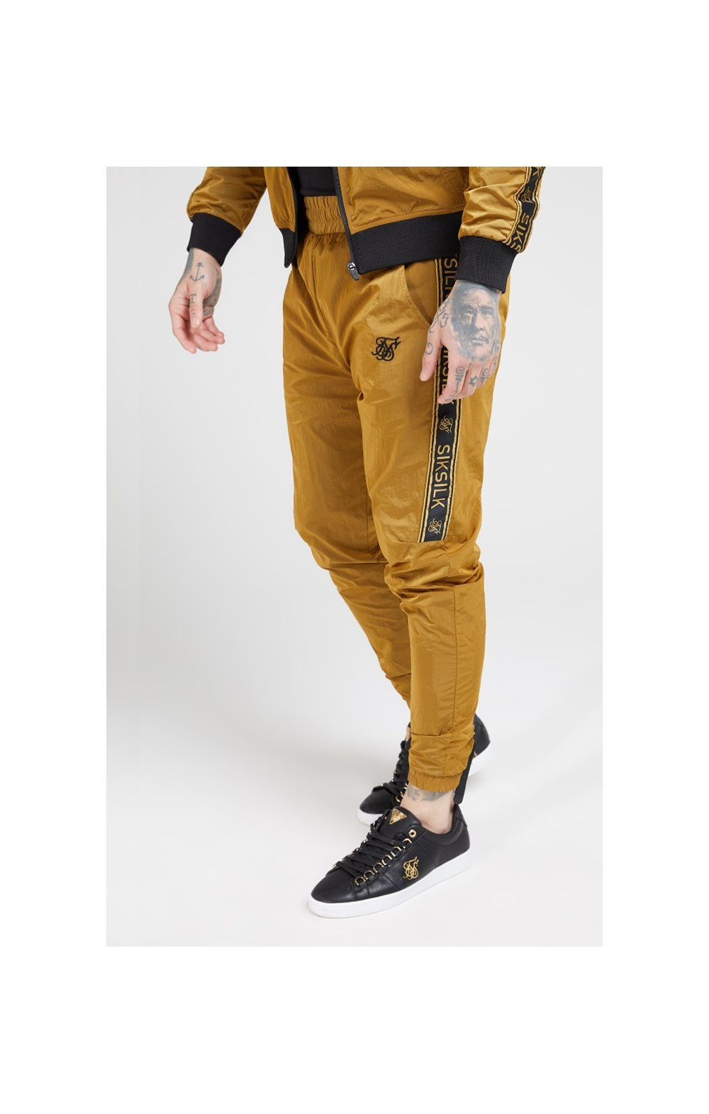 Laden Sie das Bild in den Galerie-Viewer, SikSilk Jogginghose Nylon mit Zierband - Goldener Senf (1)
