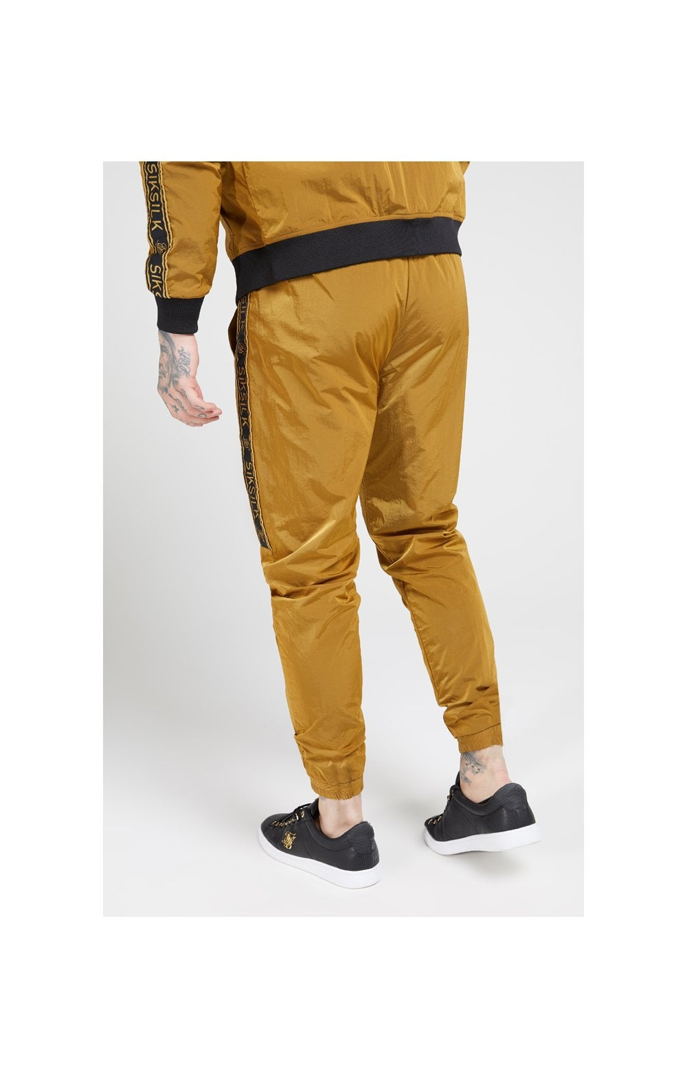 Laden Sie das Bild in den Galerie-Viewer, SikSilk Jogginghose Nylon mit Zierband - Goldener Senf (2)