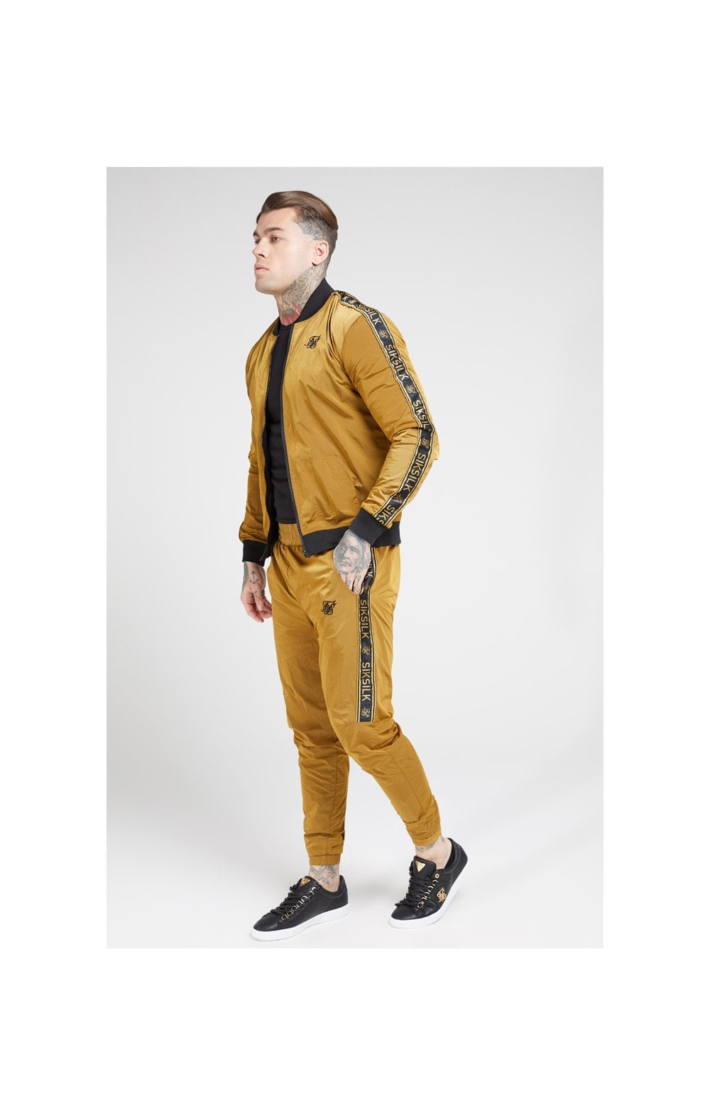 Laden Sie das Bild in den Galerie-Viewer, SikSilk Jogginghose Nylon mit Zierband - Goldener Senf (4)
