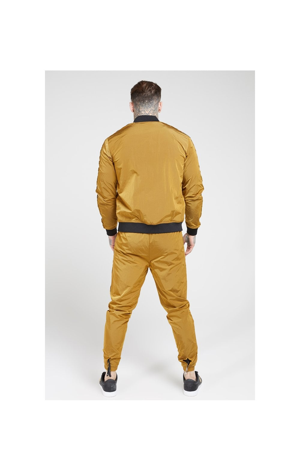 Laden Sie das Bild in den Galerie-Viewer, SikSilk Jogginghose Nylon mit Zierband - Goldener Senf (5)