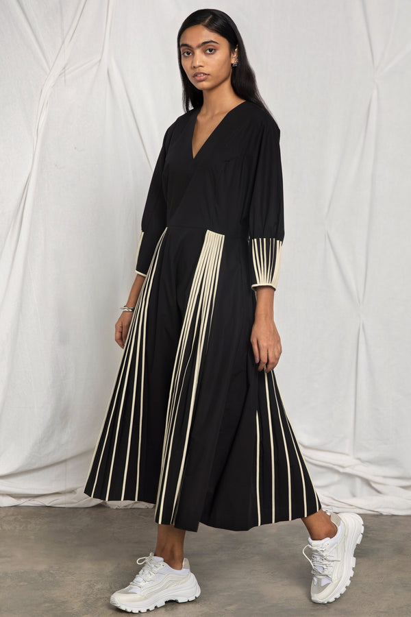 V-neck pleated dress with cuff binding