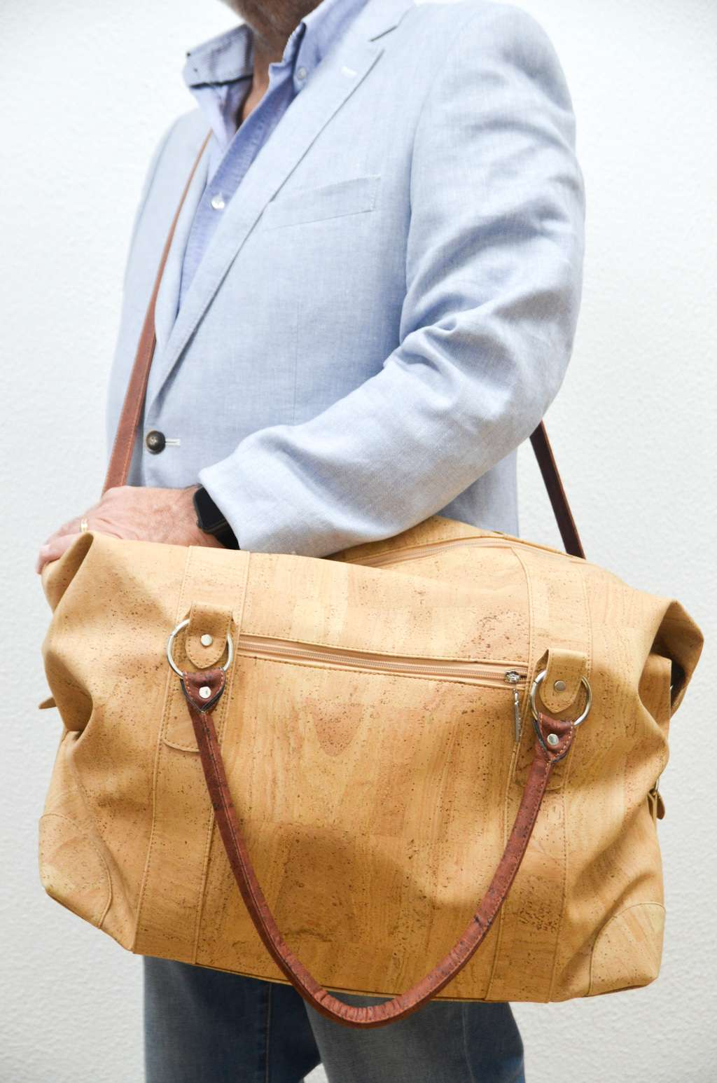 Men wearing a Natural Cork Duffel Bag Helvetia - CESARSCORK