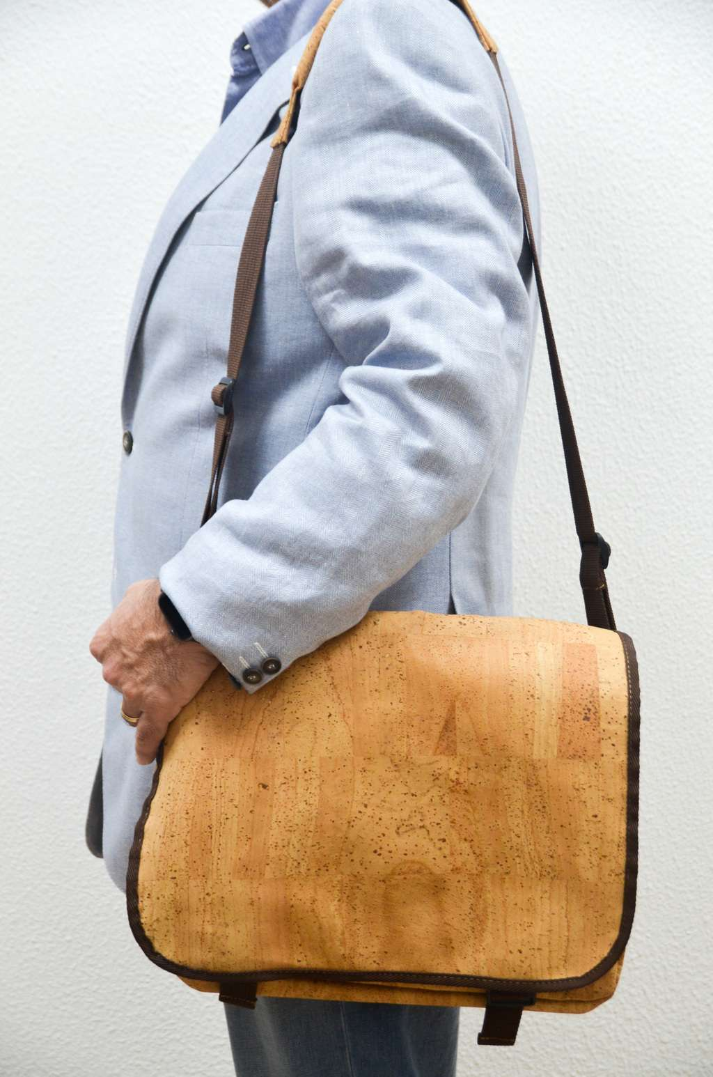 Men wearing a Natural Cork Laptop Bag Lutetia - CESARSCORK