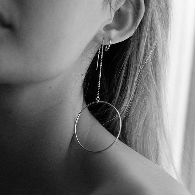 Model wearing the Manon Grande Earrings - 14k gold-filled threader earrings with large circles by Elvis et moi