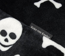 Laden Sie das Bild in den Galerie-Viewer, KvK Skull Blanket Super Soft - Hundedecke