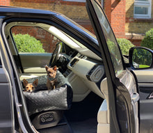 Laden Sie das Bild in den Galerie-Viewer, Dog Car Seat - Hunde Autositz