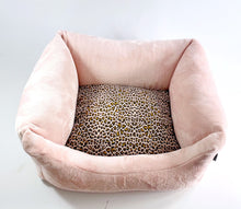 Laden Sie das Bild in den Galerie-Viewer, Super Soft Dog Lounge mit angesagtem Leo Design