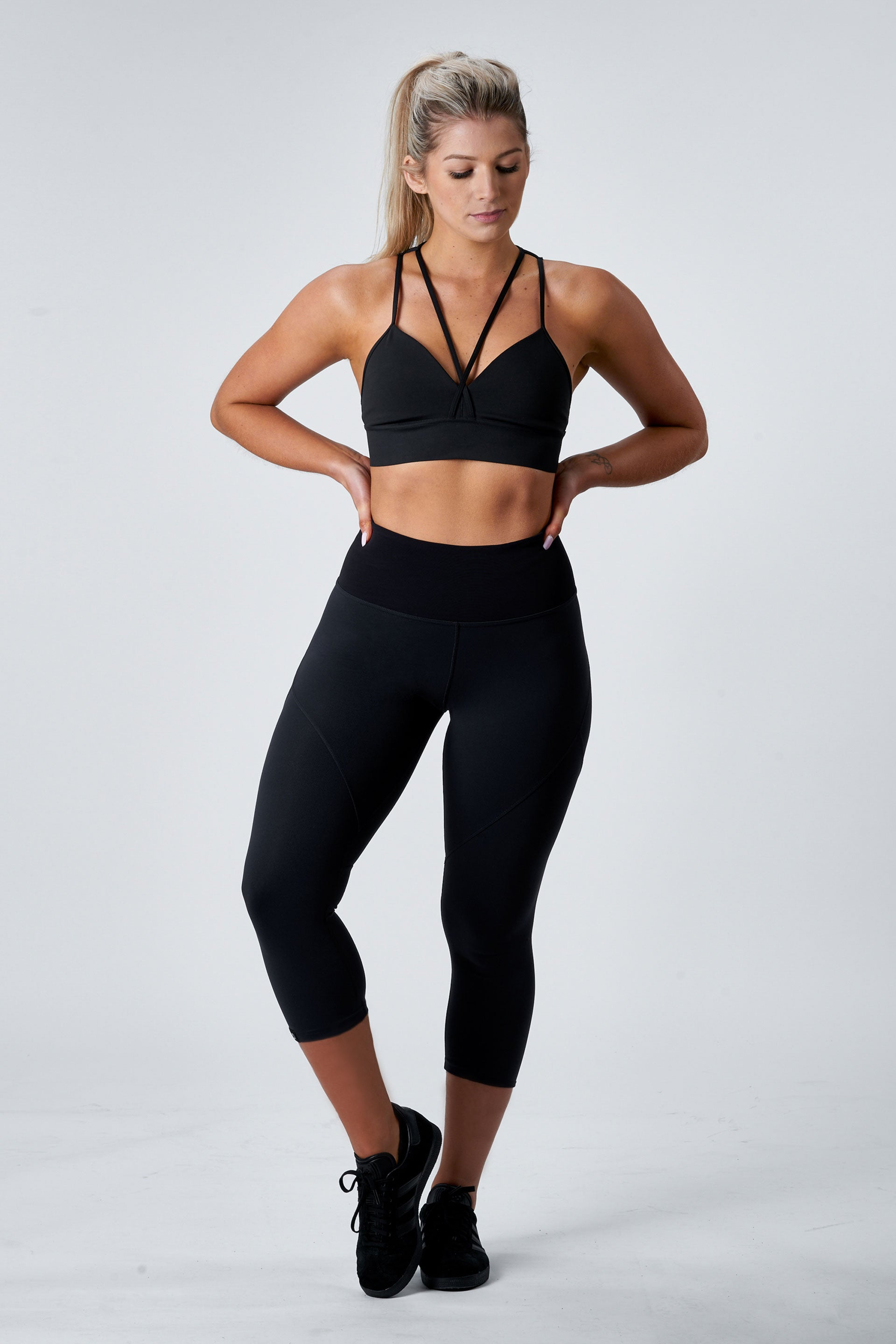 OUTFIT - SCULPT 3/4 TIGHTS ( BLACK ) + ATHLETIC TEE