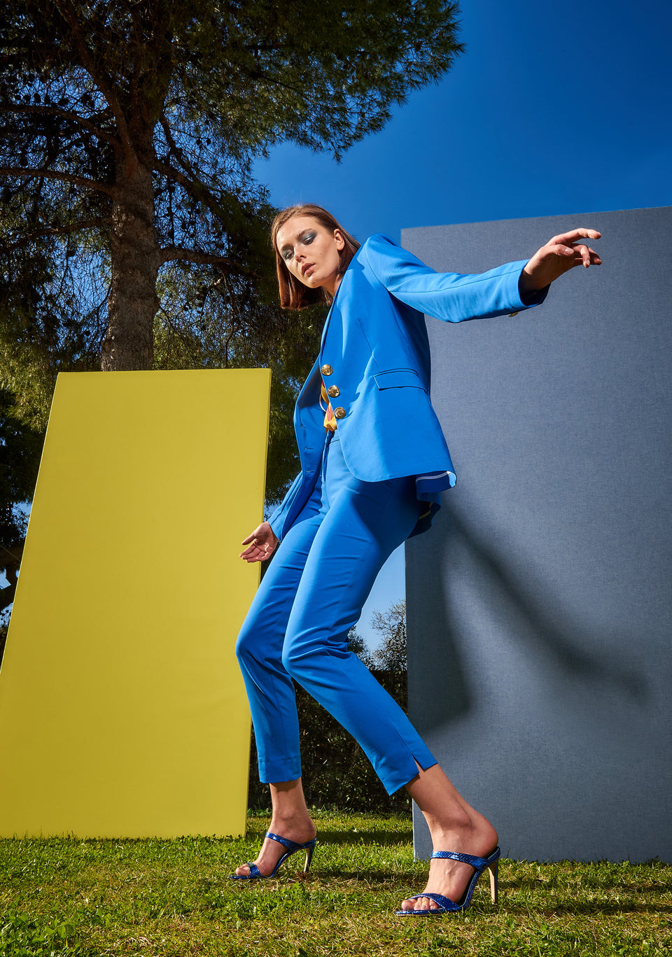 SUITS OF WAISTED JACKET AND CIGARRETE TROUSERS BLUE