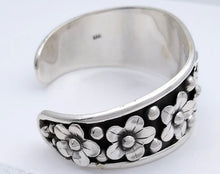 Load image into Gallery viewer, silver flower bracelet finished end
