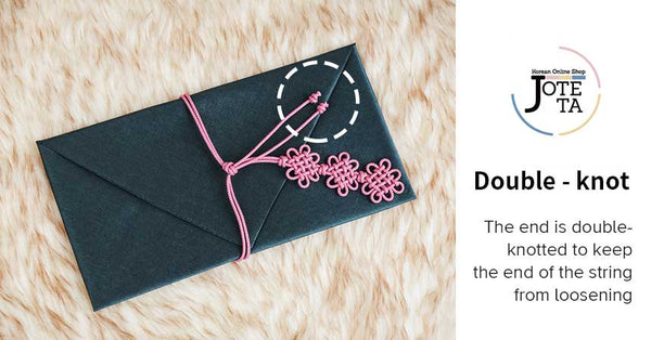 This highlights the feature of our daisy Korean money envelope. The double knot around the cloth ensurs that the cloth will stay closed and the valuables inside will stay intact.