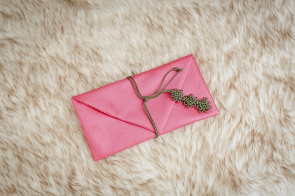 This is a candy pink daisy korean money envelope and is also a popular selection amongst women who are planning to gift their friends or family member with money during a wedding.