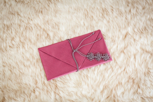 This is a plum rose daisy money envelope and is a traditional color used by many Koreans.