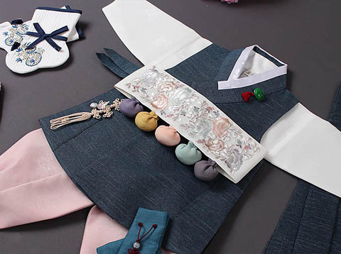 If you purchase the Dol hanbok we'll give you the matching Dol belt to help finish the look for the Doljanchi.