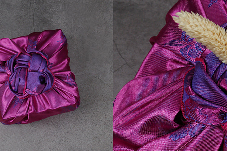 You can see the silky-smooth texture of the Korean gift wrap in blue-violet and vermilion.