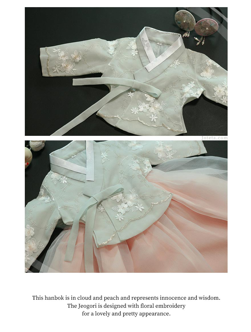 The floral design in the top of the baby girl hanbok in white and rosette makes your baby girl look like an angel.