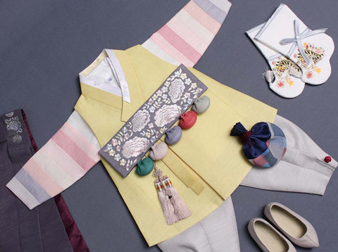 The Dol belt allows the lemony colored baby boy hanbok to stand out and also maintain traditional feel and look.