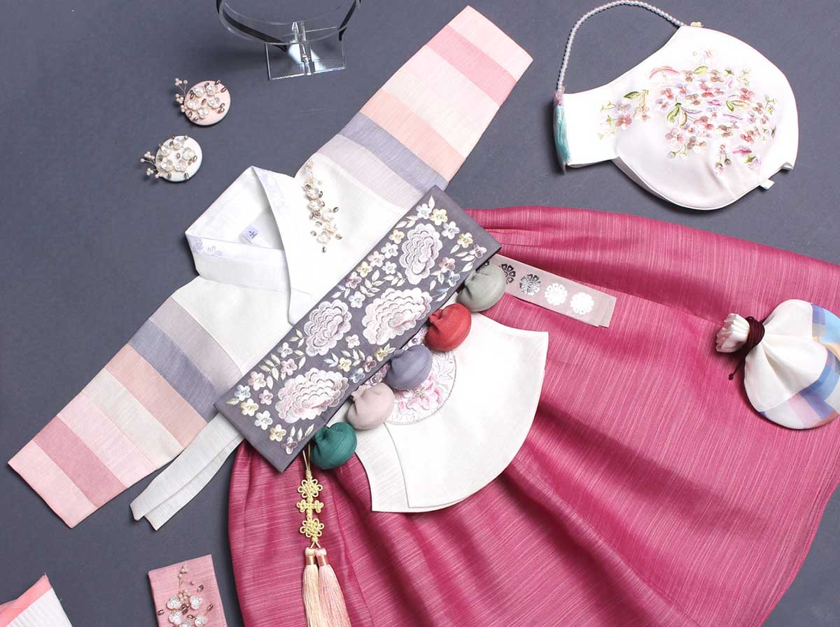 Here is a picture of the floral Dol belt on the scarlet and white baby girl hanbok.
