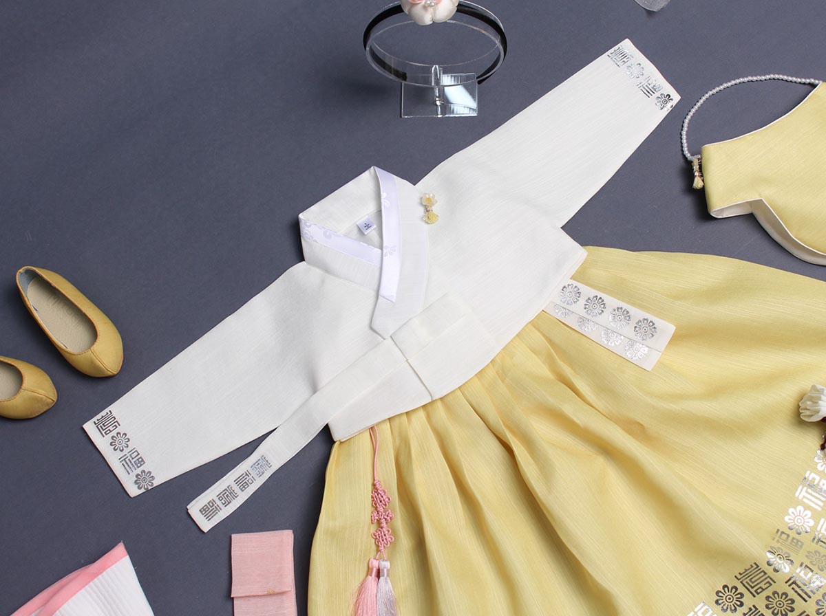 Pictured with the Dol belt on the lemon and blanch baby girl hanbok allows you to see how dazzling it looks paired together.