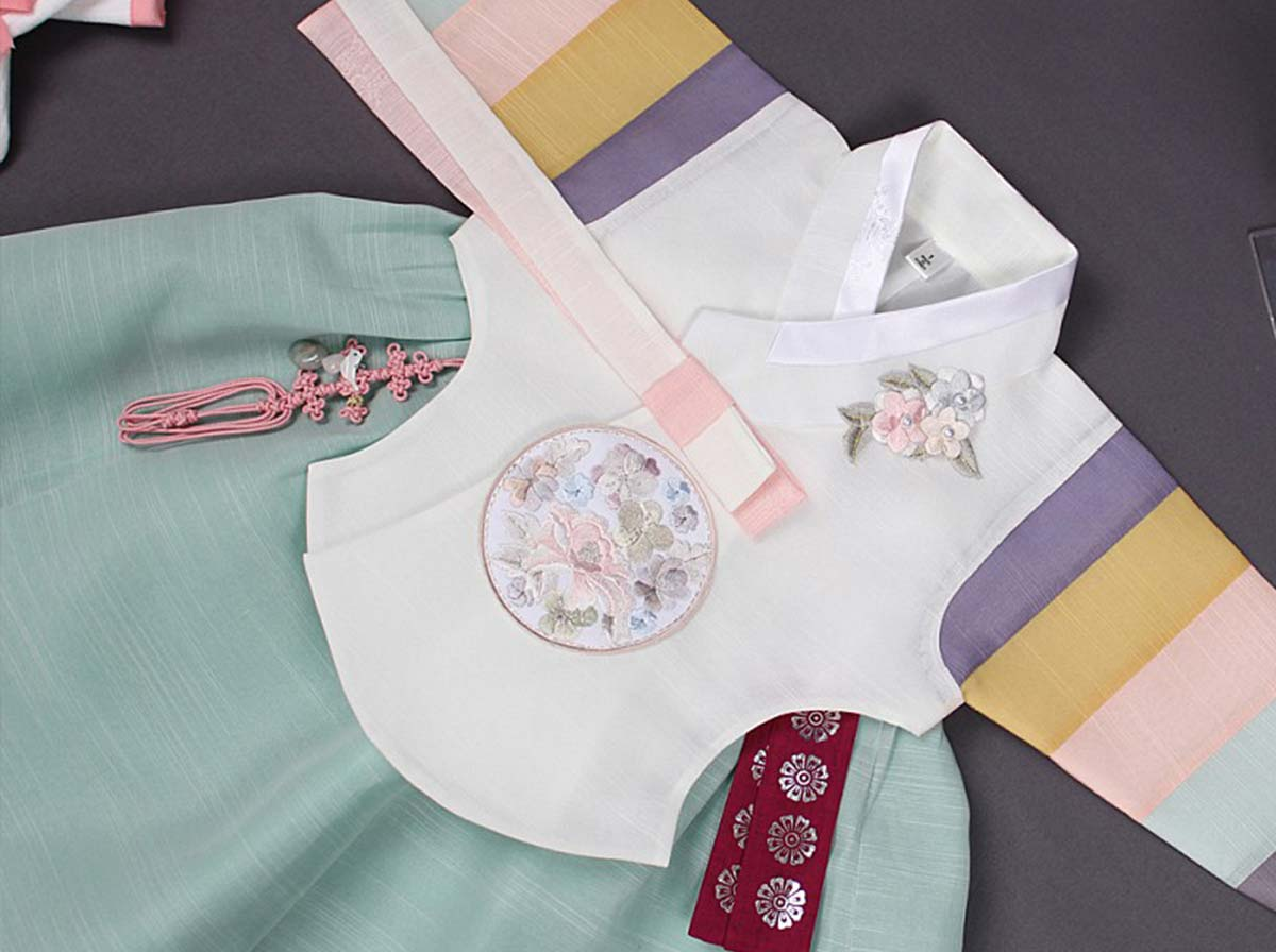 The baby girl hanbok in cream and azure will make your baby girl feel pretty and loved when she puts it on.