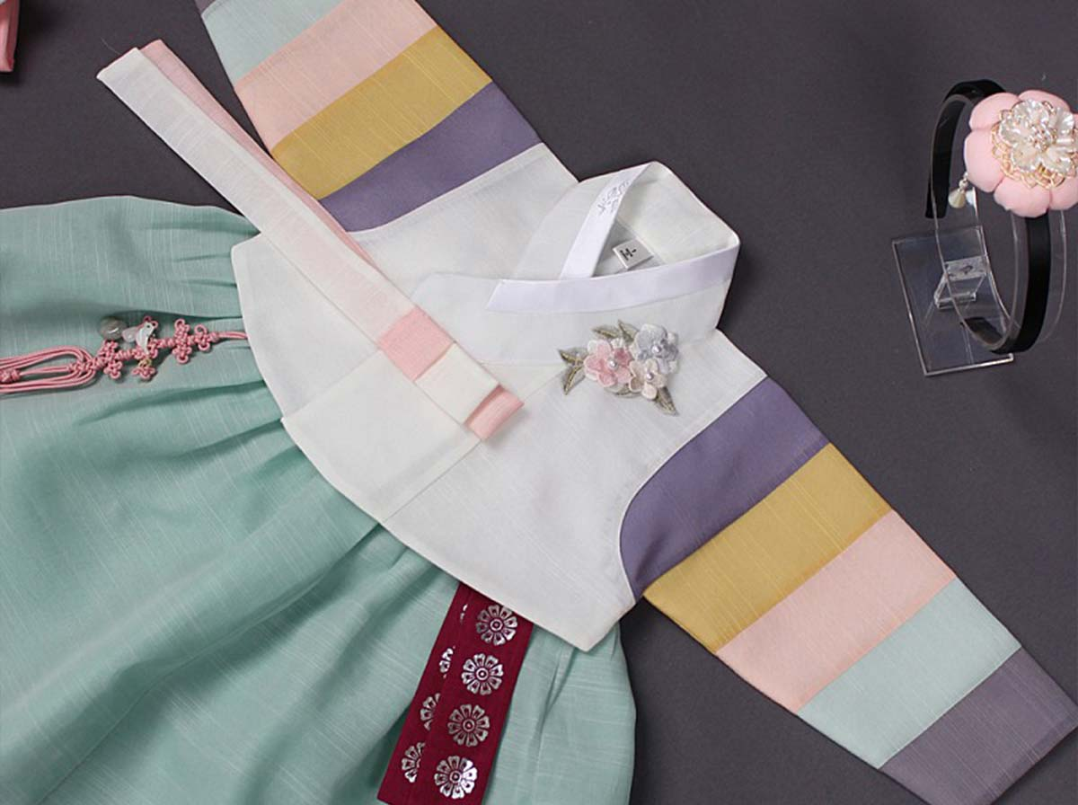 The Saekdong Jeogori really brings out the light teal and cream white baby girl hanbok colors.