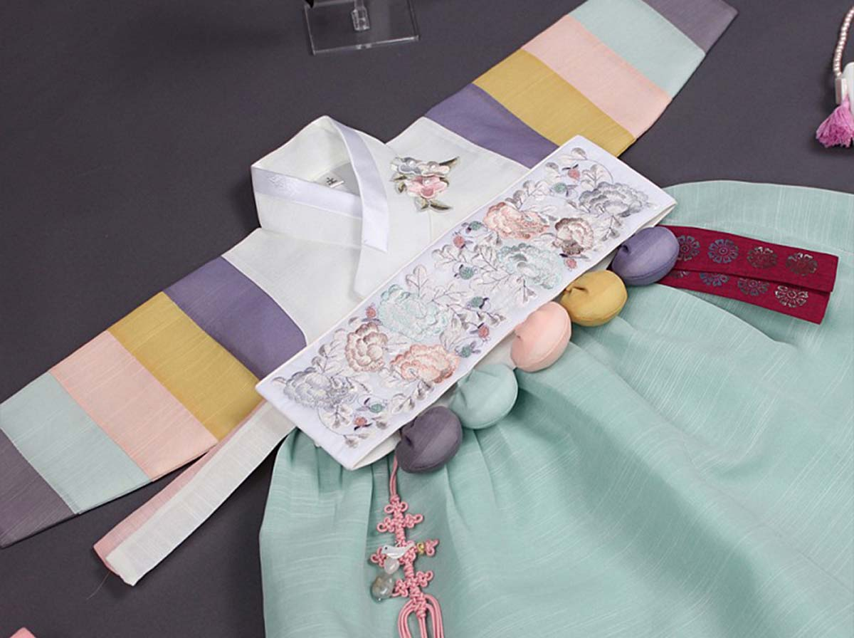 We offer the short version of baby girl hanbok in sky blue and milk-white in three sizes including 100 day, 1 year, and 2 year and the Dol belt comes with the Dol hanbok.