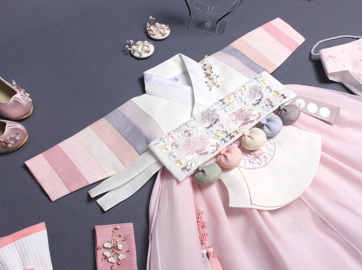 Notice that the Dol belt matches perfectly with the blush and alabaster hanbok.