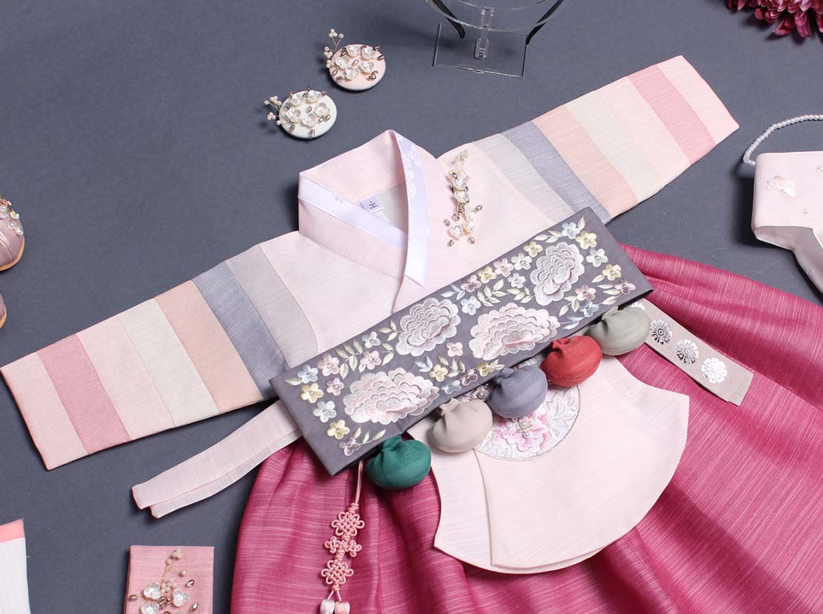 The Dol belt is part of the Dol hanbok and really looks charming with the various shades of pink in the hanbok.
