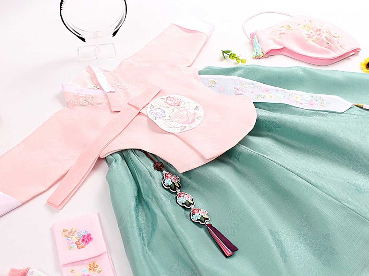 The baby girl hanbok in pink and aqua really goes well together to make baby girl look dazzling.