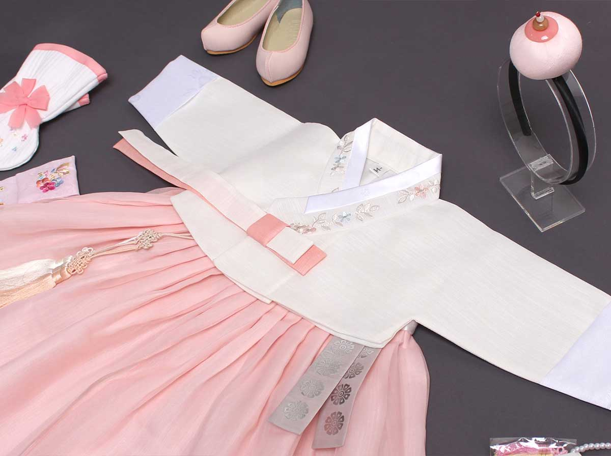 This lovely baby girl hanbok in light coral and lily-white is simply precious for 100 day, 1 year, or 2 year baby girl.