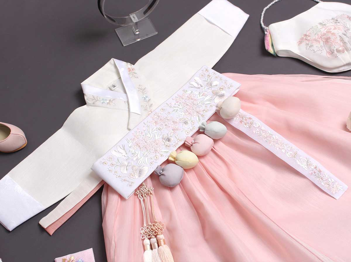 Here you can see the flower design on the flush and creamy baby girl hanbok Dol belt which really amplifies the look and is pleasing to the eye.