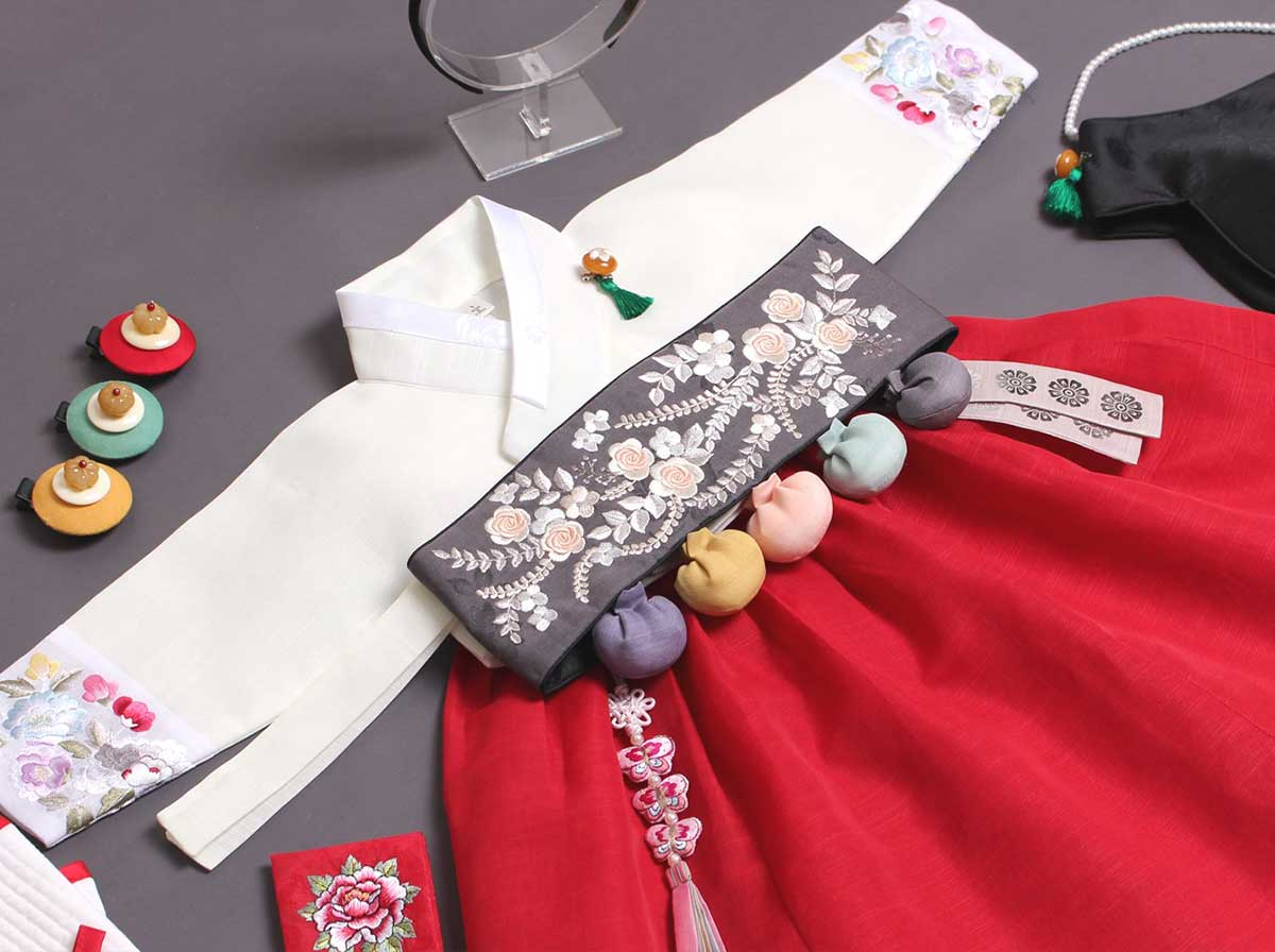 The Dol belt comes with the Dol hanbok and really brings out the Korean in your baby girl when she wears this ruby and beige hanbok.