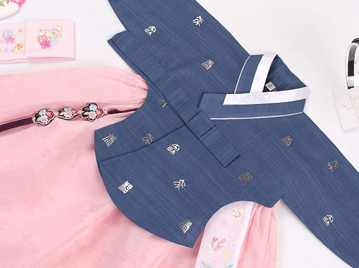 Here is an up close look at the azure and salmon baby girl hanbok top. It's going to receive a lot of compliments when you let baby girl wear this hanbok,