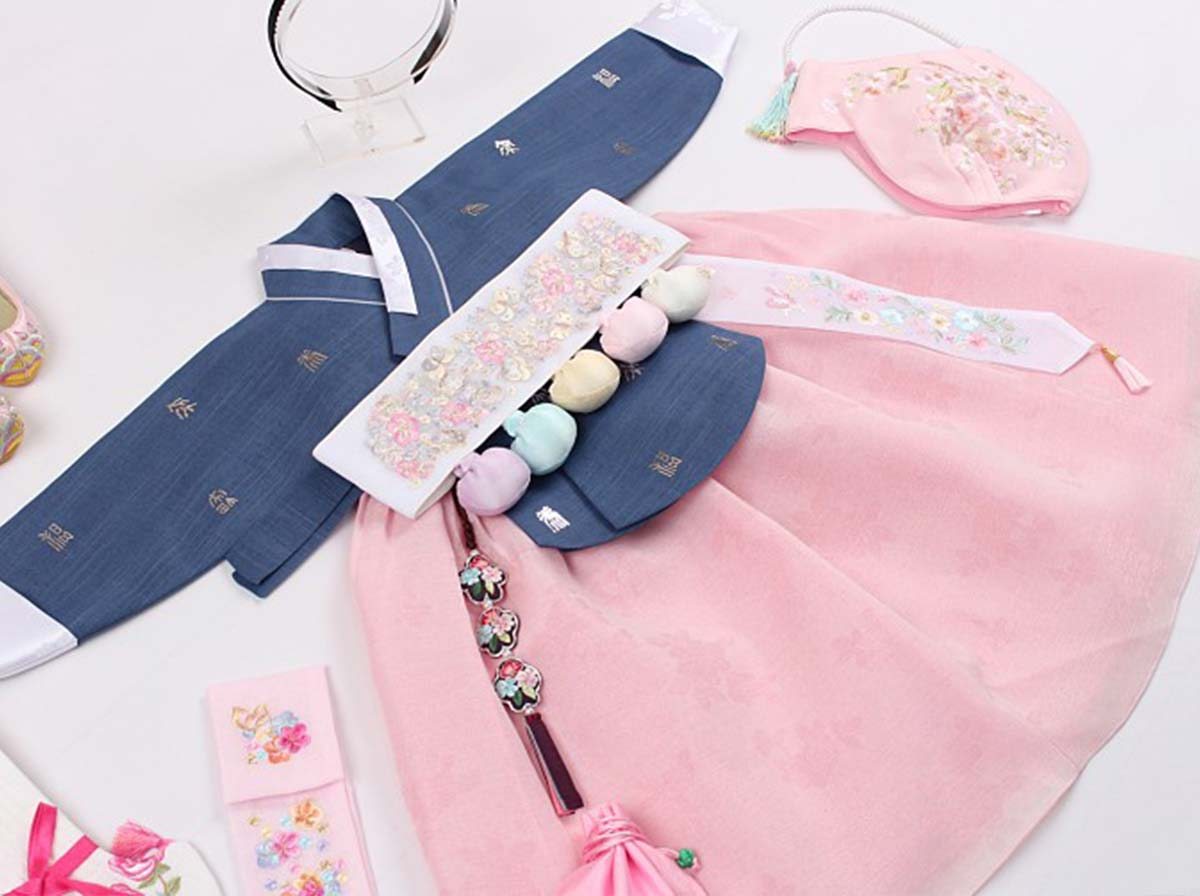 The Dol belt comes with the Dol version of the baby girl hanbok in navy and rosette. It's perfect for baby girl Doljanchi.