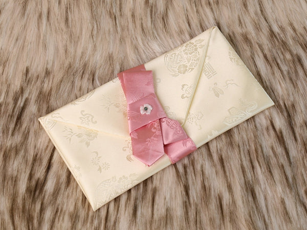 The white pink silk Cloud Crane Korean envelope is definitely one of our more popular fabric envelopes. It's extremely soft to touch.