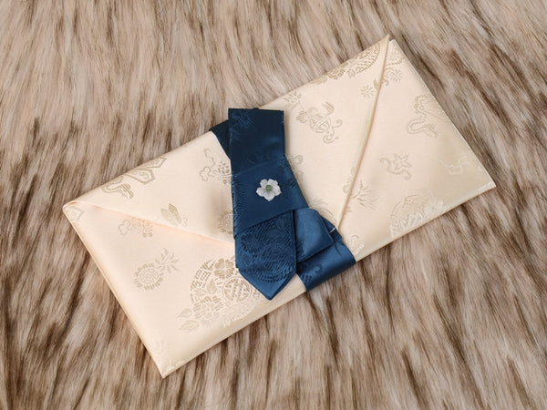 The white deep blue Korean money envelope is made with fine silk and has a fine ribbon for a pleasing look.