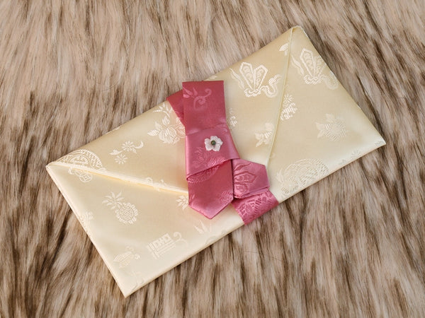 White candy pink is a silk korean money envelope that is popular amongst Korean women. Give this to a Korean friend who's about to get married.