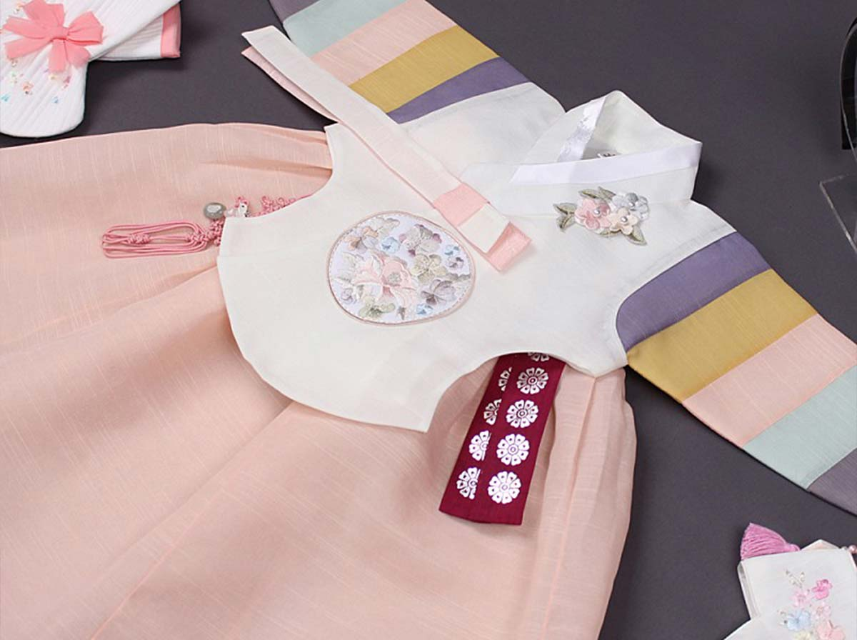 The long version of the baby girl hanbok in beige and salmon looks extra stunning and extravagant on baby girl.