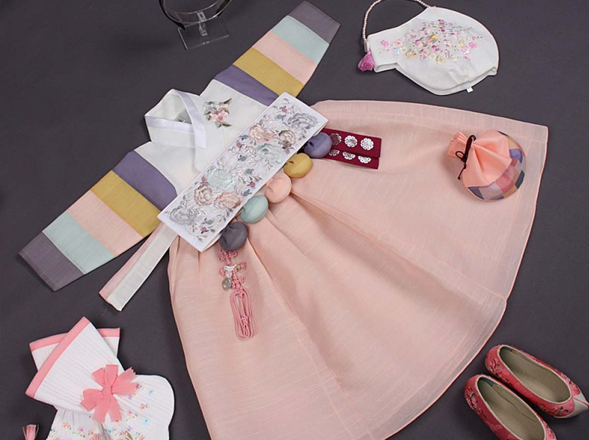 The floral print on the Dol belt just matches so well with the blush and lily-white short version baby girl hanbok.
