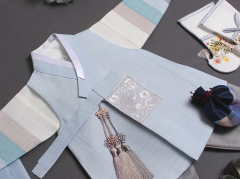 The floral patch that is in gray really makes the baby boy hanbok stand out and look even more authentic.