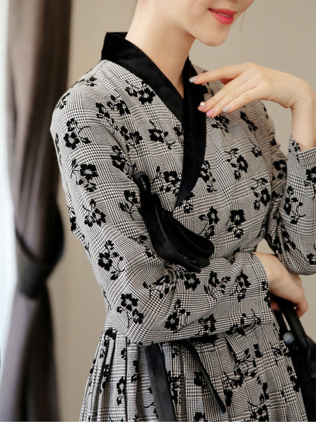 Look sharp in this grayish black flower modern hanbok dress, which you can wear at work or home.