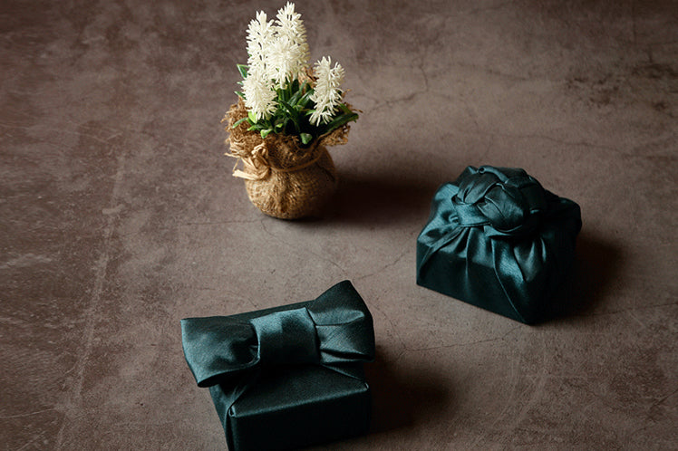 Forest green fabric wrapping paper is ideal for formal events and Korean holidays.