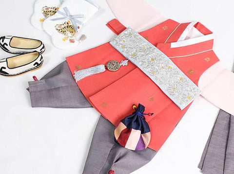 The Dol belt in this picture works very well with the tangerine baby boy hanbok.