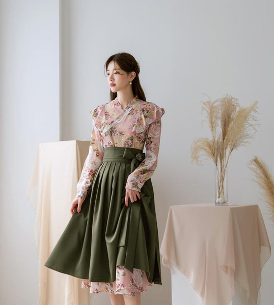 This is a modern hanbok skirt in Khaki. It is often paired with darker modern hanbok dresses for women. The hanbok skirt is made of polyester fabric.