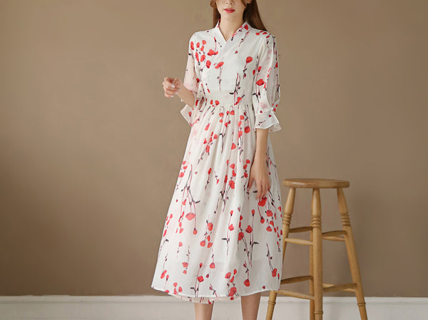 This cream colored modern hanbok dress with scarlet roses is the perfect modern hanbok dress for everyday life.