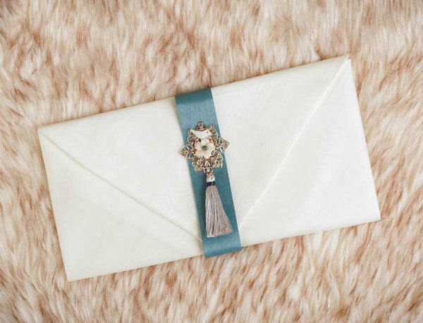 Tassel & Ornament Korean Wedding Money Envelope in White Green and comes with a floral tassel which is appealing especially to the recipient of the gift. The tassel makes this very luxurious.