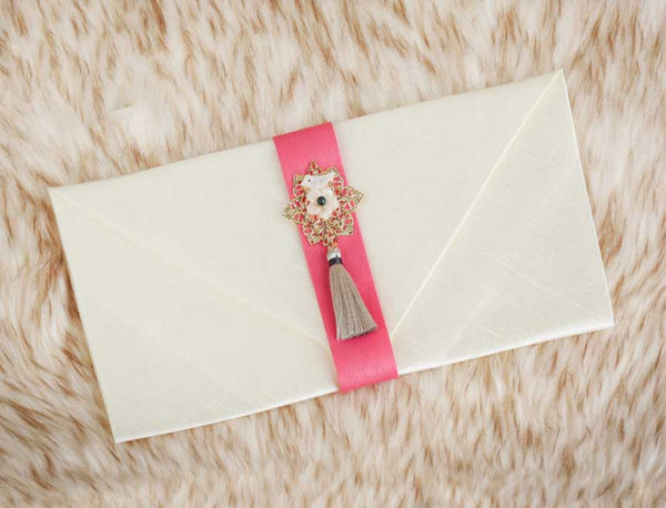 Tassel & Ornament Korean Wedding Money Envelope in White Pink and comes with a aesthetic pearl designed ornament. It is very likely that the sender will see this envelope and think well wishes for their friends who they will send this to.