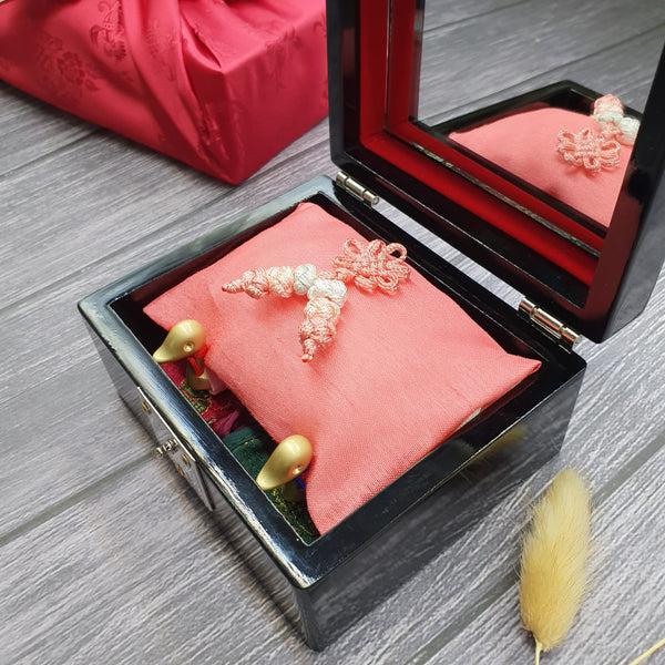 The mother of pearl box also includes a mirror which represents a bright future for the Korean couple that's about to get married.